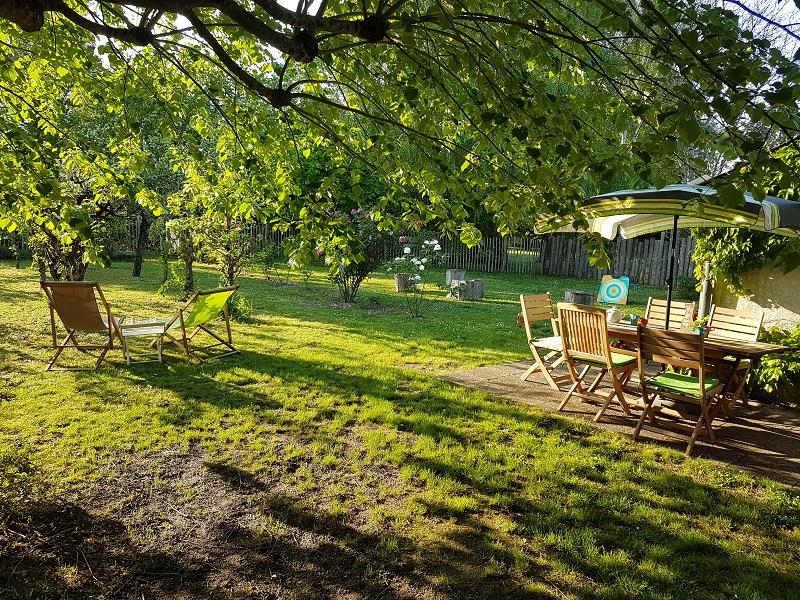 location-gite-jardin-terrasse-repas-lumieres-de-loire